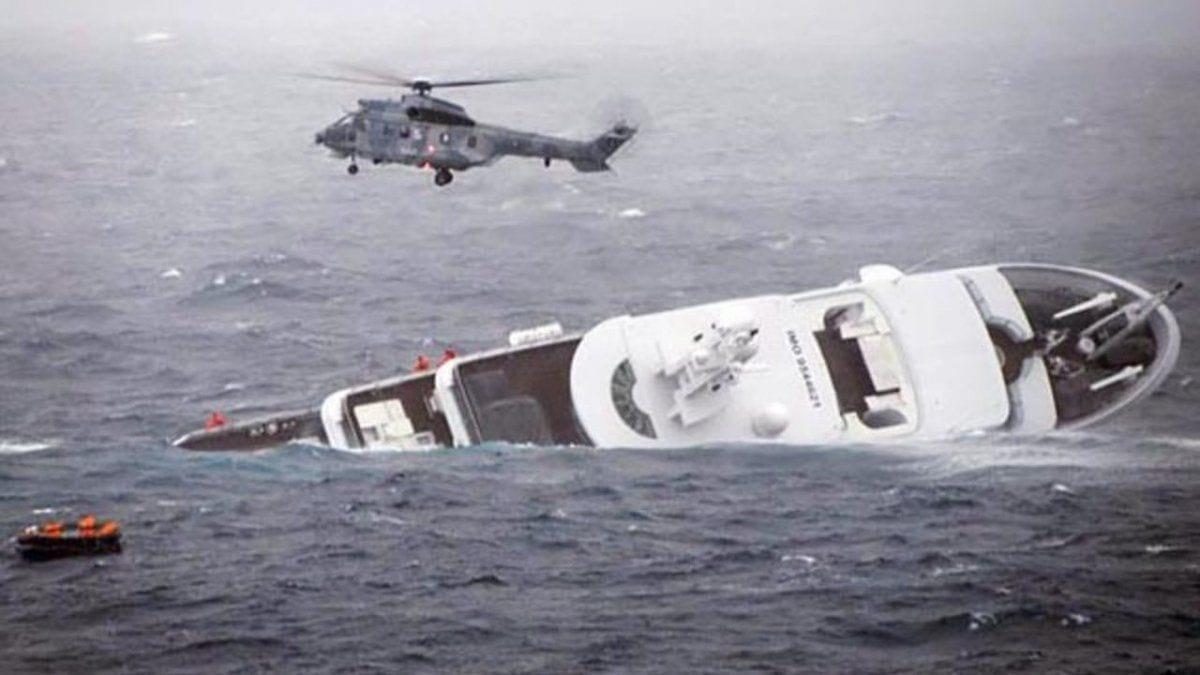 Мега яхта YOGI тонет у берегов Греции