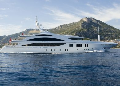 Большая моторная чартерная яхта Benetti 60 метров во Франции