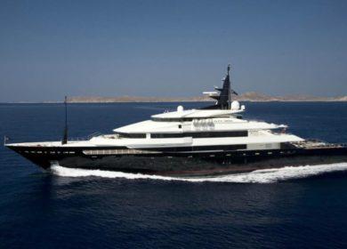 Большая мега яхта Oceanco на Сардинии