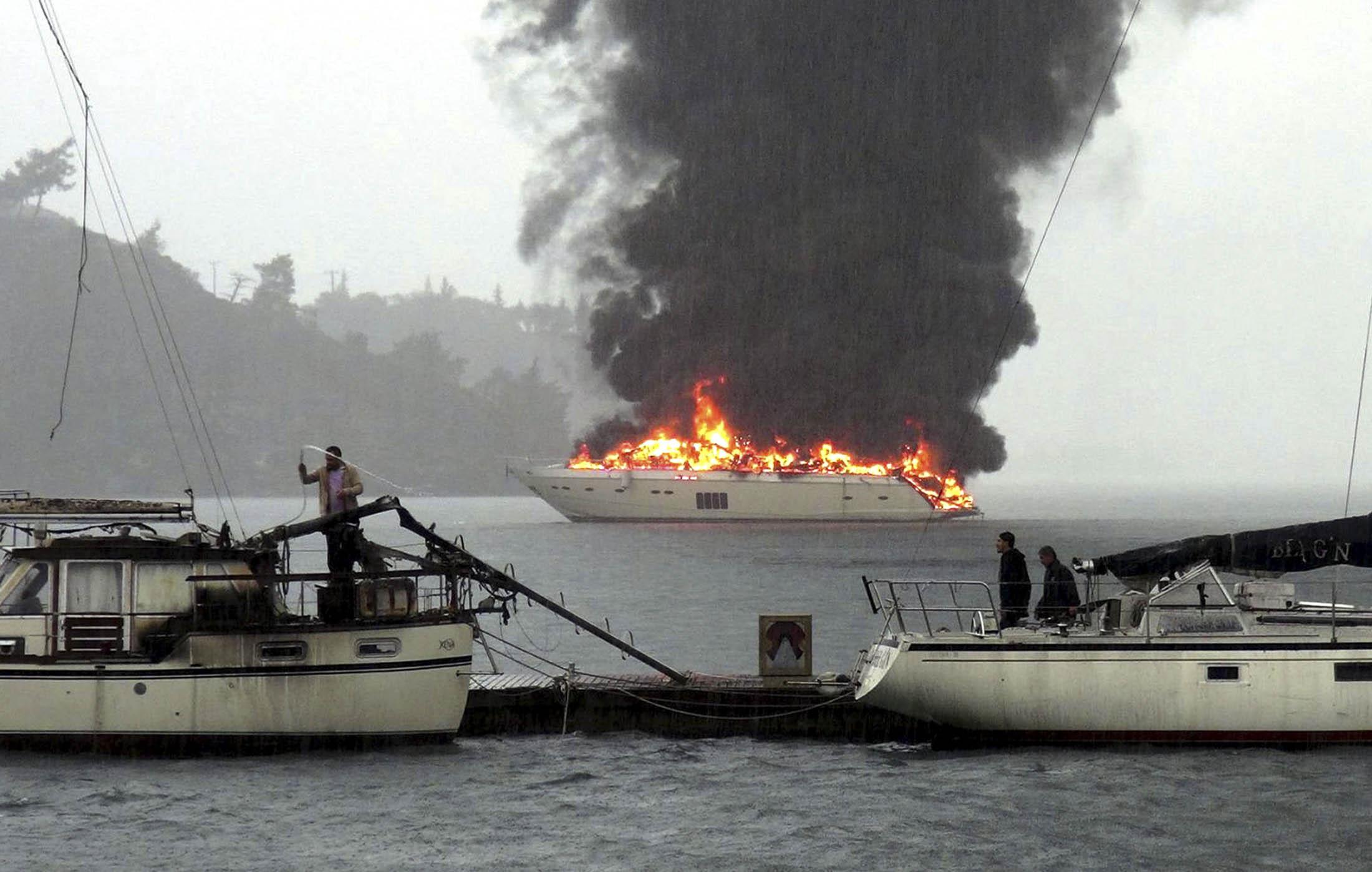 Шикарная яхта Princess 98 горит у берегов Турции