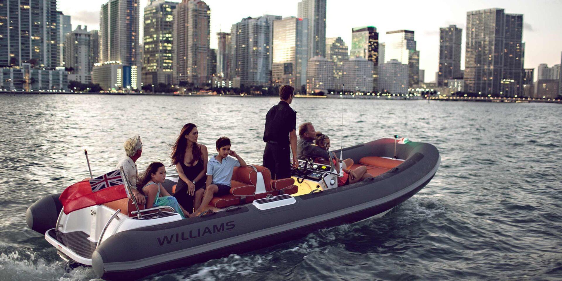 Тендер Williams на борту роскошной чартерной мега яхты