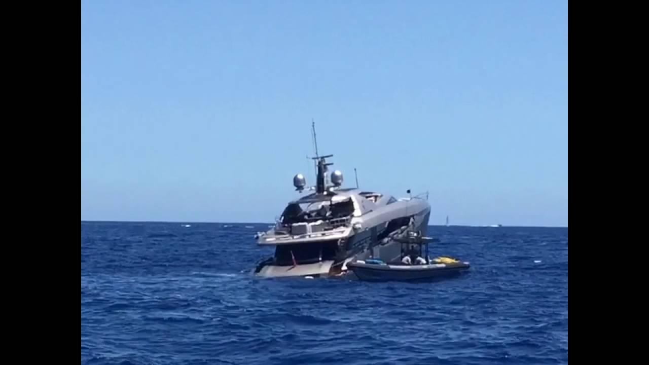 Большая дорогая яхта тонет у берегов Ибицы PERI YACHTS