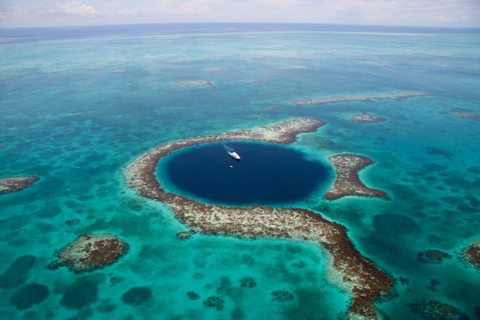 Большая Голубая Дыра в Мексике и большая яхта