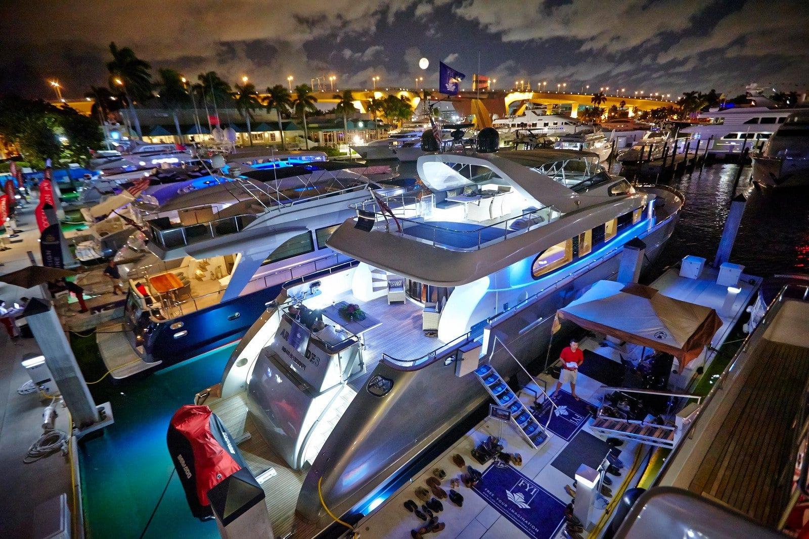 Яхтенное шоу чартерных супер яхт во Флориде