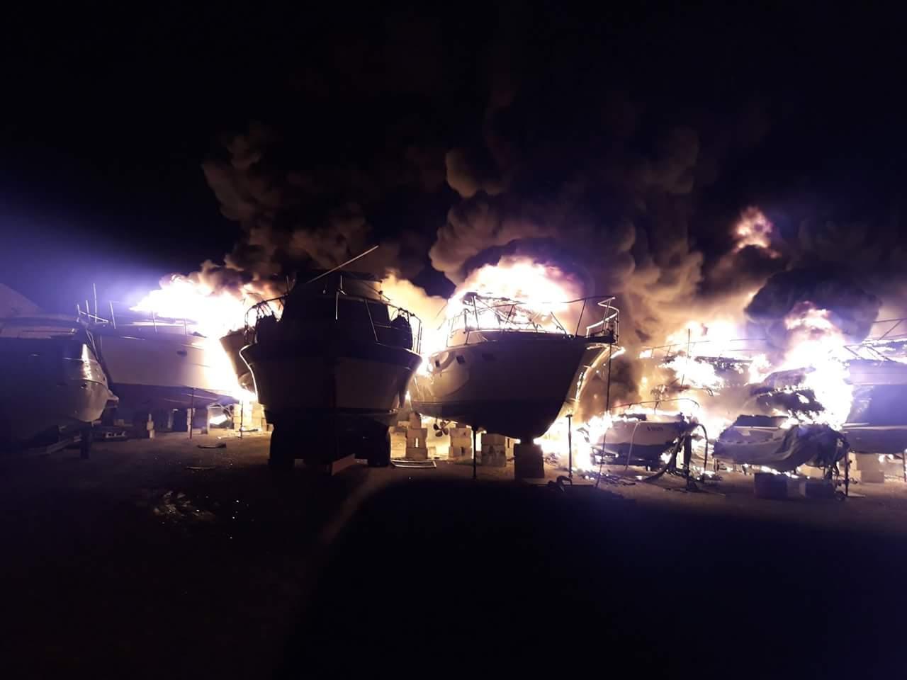 Чартерные мега яхты горят на шип ярде Мальта