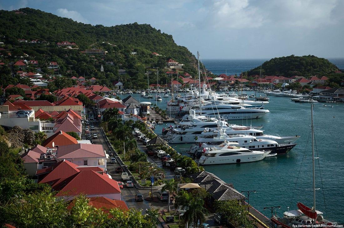 Марина на острове Сен Бартс с пришвартованными мегаяхтами на Карибах