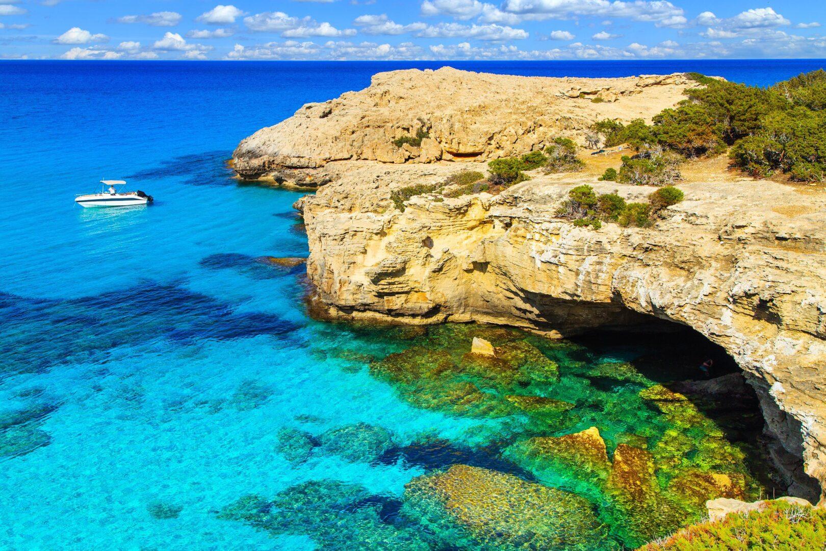 Кипр это шикарное направление для чартера элитных суперяхт на Средиземке