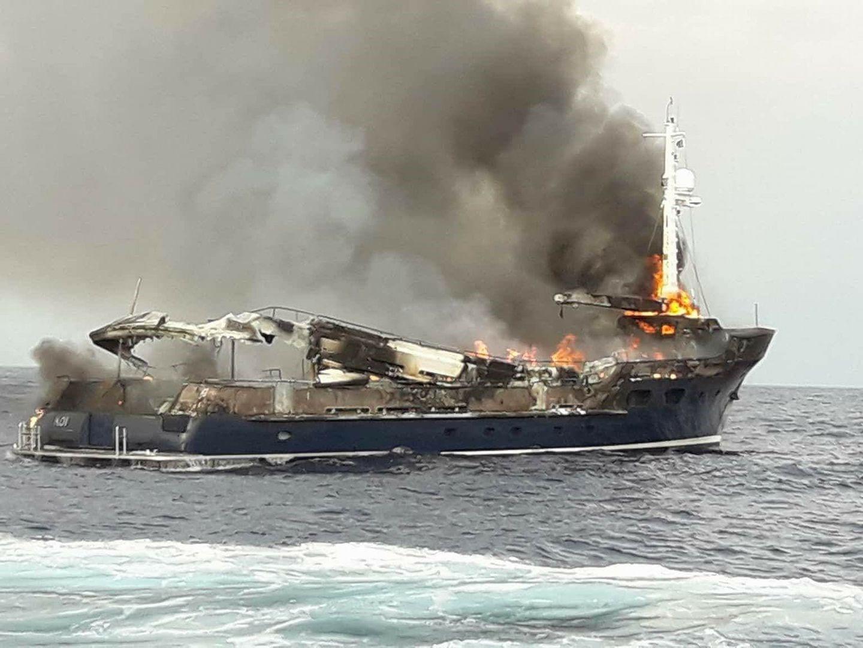 Пожар на мега яхте Koi в Греции