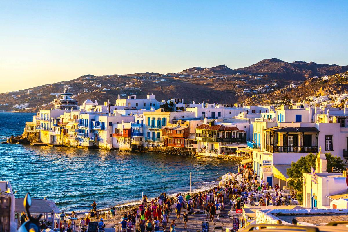 Шикарная чартерная мега яхта Heesen на острове Миконос в Греции