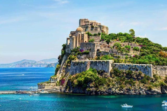 Остров Искья на чартерной яхте класса люкс на Средиземном море