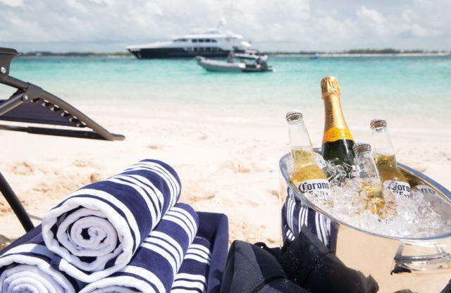 Мега яхта Heesen на якоре на Карибах