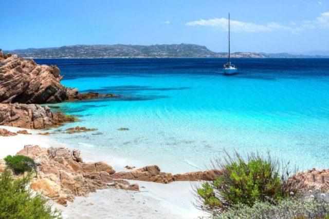 Большая парусная яхта на Сардинии