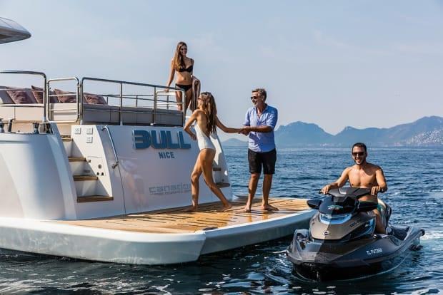 Плавательная платформа чартерной яхты