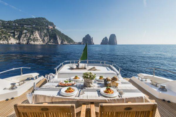 Кокпит элитной моторной яхты в Италии