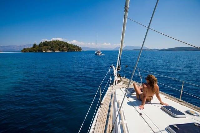 Греция - парусная яхта, девушка