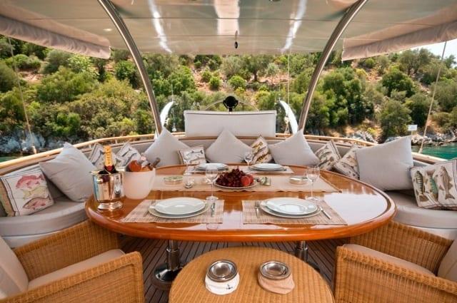 кокпит элитной яхты