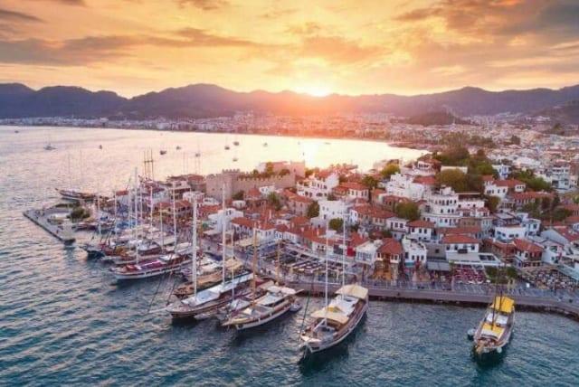 Чартерные элитные мегаяхты в порту Мармариса в Турции